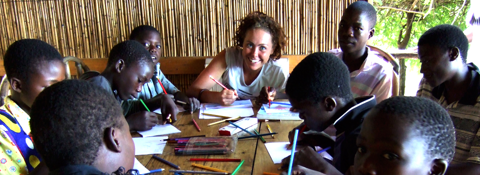 volunteer-teachers-in-malawi-Africa-teaching