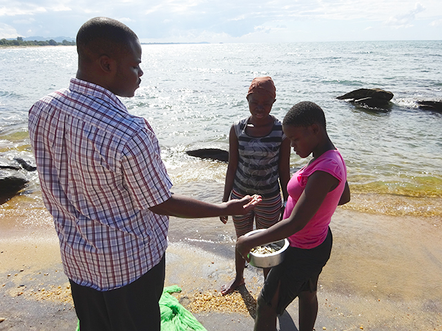 Dan talking to the two girls about fishng with a mosquito net